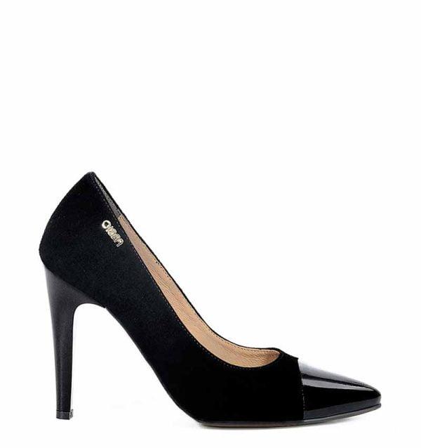 Czarne zamszowe szpilki z lakierowanym noskiem. Buty wykonane z zamszowej skóry naturalnej.