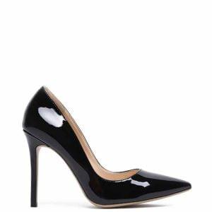Czarne lakierowane szpilkina wysokim obcasie.Buty wykonane ze skóry ekologicznej.